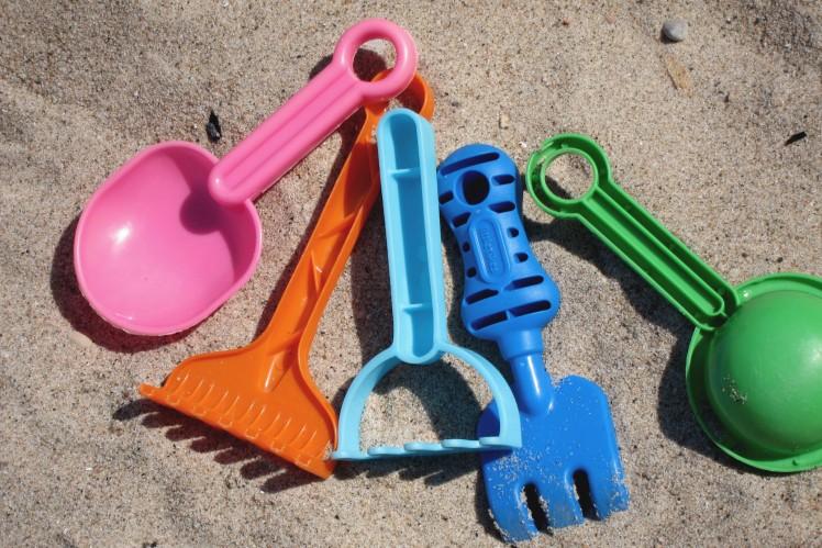 arena con juguetes de playa