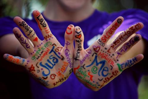 manos con letras